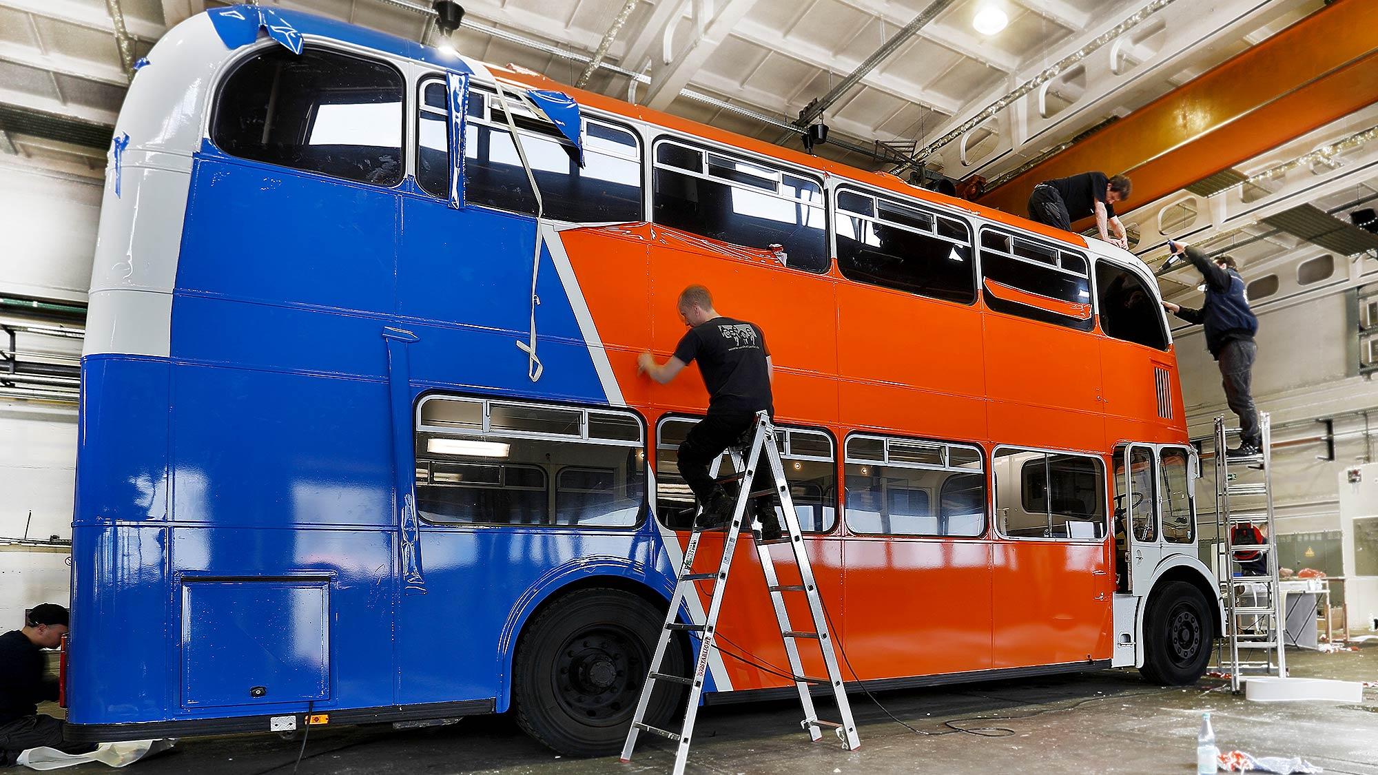 Designfolierung als Komplettfolierung eines weißen Busses